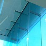 Отличия: тонированные окна и защитное стекло